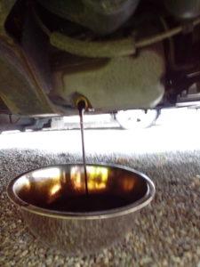 エンジンオイルを排出している写真
