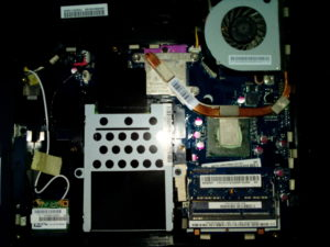 新しく購入したメモリをPCに増設した写真