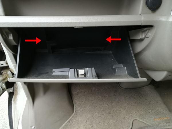 ダッシュボードのグローブボックスの外し方を説明する写真