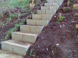作製中の階段
