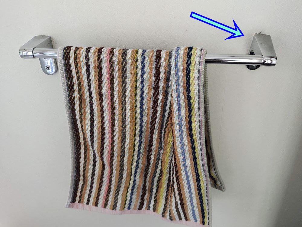 我が家のタオル掛けハンガーが壊れかけた写真